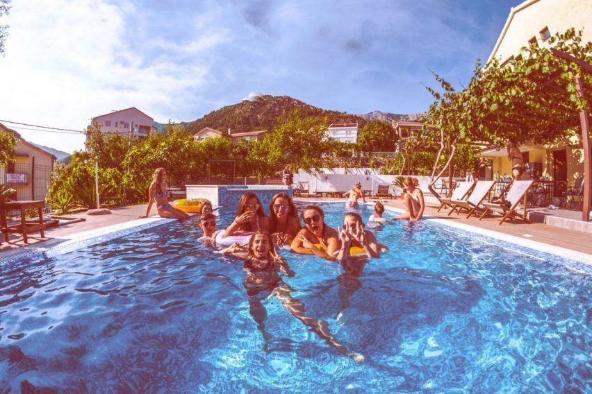 villa lazi hotel czarnogora budva funclub obozy mlodziezowe (6)